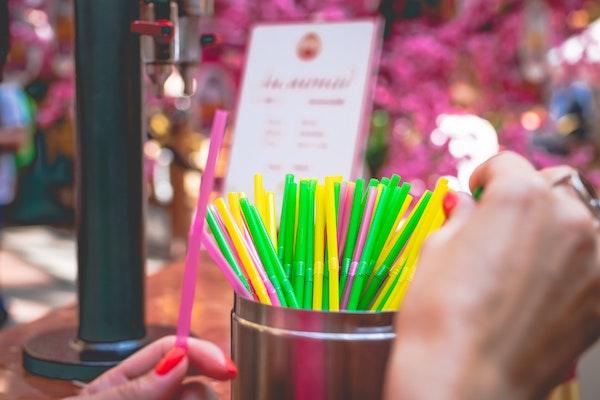 alternatywy plastikowych słomek.