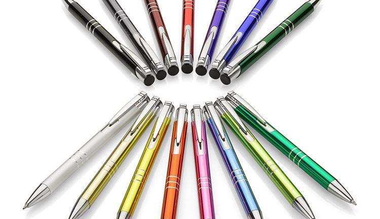 Gadżety reklamowe to na przykład długopisy z logo.